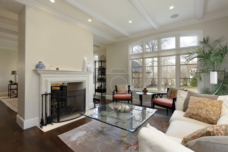 Photo pour Salon dans une maison de luxe avec cheminée - image libre de droit