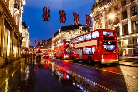 Photo pour Red Bus on the Rainy Street of London in the Night, Royaume-Uni - image libre de droit