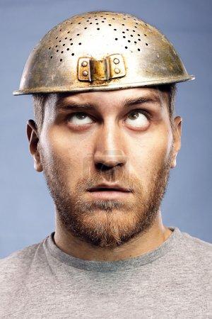 Photo pour Portrait d'un homme avec une passoire sur la tête - image libre de droit