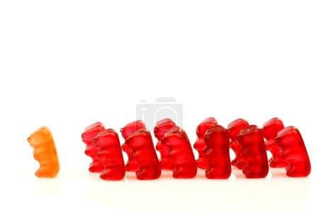 Photo pour Ligne colorée de rouge gommeux porte avec une tête du peloton - image libre de droit