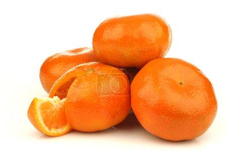 Photo pour Tas de mandarines fraîches sur fond blanc - image libre de droit
