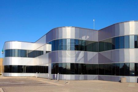 Photo pour La vue de l'industriel moderne, s'appuyant sur le fond de ciel bleu - image libre de droit