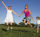 Usmíval se kamarádky tančí a slunečného letního odpoledne se těší