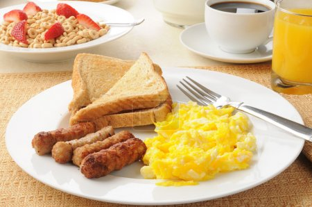 Photo pour Un petit déjeuner sain composé de saucisses et d'œufs avec jus d'orange et céréales d'avoine - image libre de droit