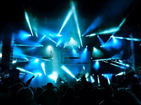 Photo pour Silhouettes et musiciens en grande scène de concert. Lumineux beaux rayons de lumière - image libre de droit