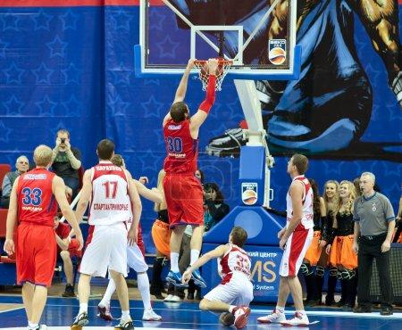 Photo pour MOSCOU, RUSSIE - 17 DÉCEMBRE : Dmitry Sokolov de l'équipe de basket-ball CSKA lance la balle dans le panier de l'adversaire SPARTAK Primorye le 17 décembre 2011 à Moscou, Russie - image libre de droit