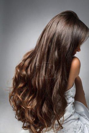Foto de Hermosa joven con pelo largo y rizado - Imagen libre de derechos