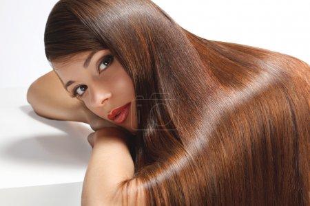 Foto de Retrato de mujer hermosa con el pelo largo suave brillo. imagen de alta calidad. - Imagen libre de derechos