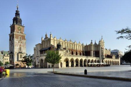 Photo pour Main Market Square (Rynek) à Cracovie, en Pologne, avec la Renaissance Drapers 'Hall (Sukiennice) et la tour médiévale de la mairie. La plus grande place du marché médiéval en Europe - image libre de droit