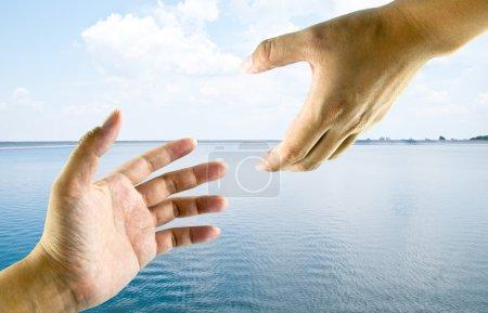 Photo pour Une aide de la main d'une autre main. Cette idées image pour un sauvetage, la sécurité, le religieux ou le concept de soutien. - image libre de droit