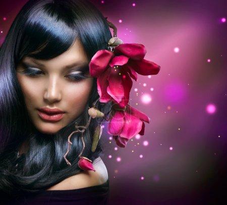 Photo pour Mode Brunette fille avec des fleurs Magnolia - image libre de droit