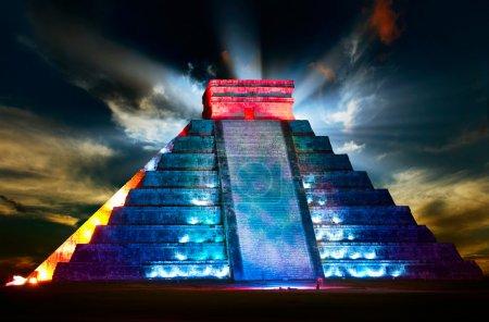 vue de nuit de pyramide Maya Chichen itza