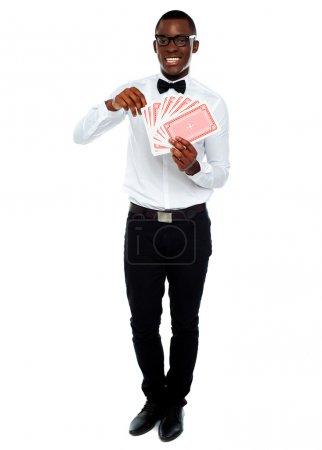 Photo pour Portrait complet d'un jeune homme tenant des cartes - image libre de droit