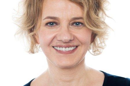 Photo pour Gros plan de souriant âgés de femme sur fond blanc - image libre de droit