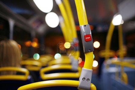 Photo pour Bouton d'arrêt dans un London City Bus - image libre de droit