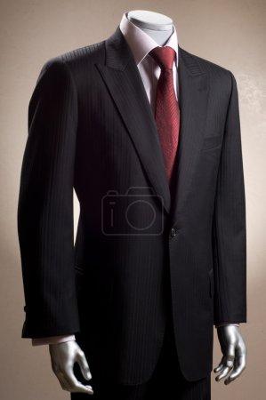 Photo pour Mannequin en costume, chemise et cravate - image libre de droit