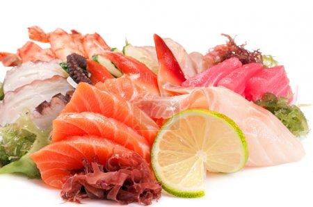 Photo pour Sashimi assorti grand. saumon, poulpe, crevettes, limande à queue jaune, palourde, thon, perche - image libre de droit