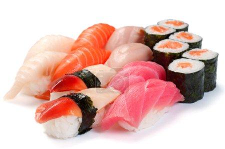 Photo pour Assortiment de sushi. moriavase assorti. rouler avec saumon, fruits de mer, saumon, thon, limande à queue jaune - image libre de droit