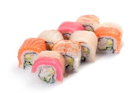 Photo pour URAMAKI. arc en ciel. saumon, thon, mérou, limande à queue jaune, crevettes, chair de crabe, concombre et avocat. sur un fond blanc. - image libre de droit