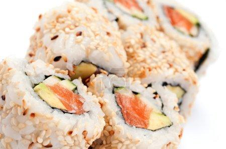 Photo pour URAMAKI. saumon de la Californie. sur un fond blanc. saumon, avocat, concombre, mayonnaise, sésame. - image libre de droit