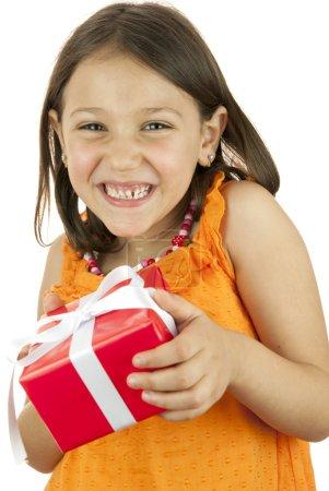 Photo pour Jeune fille tenant une boîte-cadeau à la main - image libre de droit