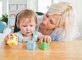 Blonďatá matka platí s dcerou