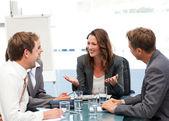 Atraktivní podnikatelka, směje se svým týmem