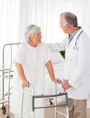 Doktor pomoci pacientovi chodit