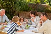 Famiglia mangiare nel giardino
