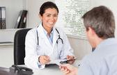 Pacient dává jeho atraktivní žena doktora kousek papíru