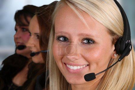 Photo pour Jeune femme donner aide comme un employé du service client - image libre de droit
