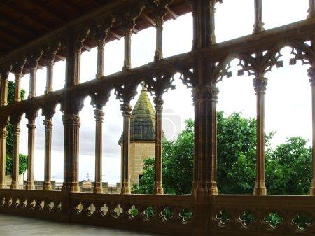 Photo pour Galerie du roi a cette balustrade sur son balcon qui, en dehors d'être étonnante en soi, il domine le village et le patio intérieur de château. - image libre de droit