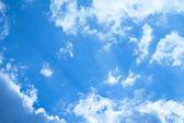 Mraky v modré obloze
