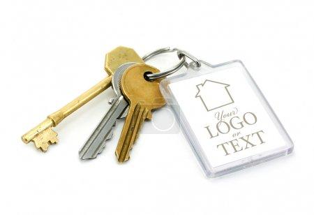 Photo pour Un ensemble de clés de la maison avec les onglet clé en plastique transparent avec espace copie permettant d'ajouter des détails et le logo de texte message ou agents immobiliers d'entreprise. - image libre de droit
