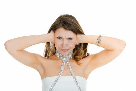 Photo pour Jeune femme avec les mains tenant les oreilles sur blanc - image libre de droit