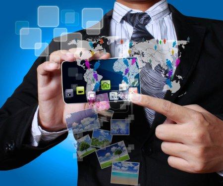 Photo pour Téléphone portable à écran tactile entre les mains - image libre de droit