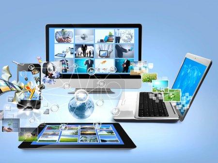 Foto de Ordenadores y teléfonos móviles imágenes de streaming - Imagen libre de derechos