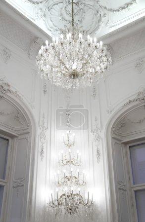 Photo pour Intérieur du palais, murs décorés et lustre - image libre de droit
