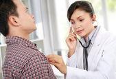 Docteur en tenant le rythme cardiaque