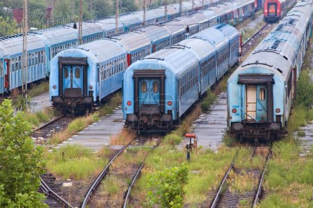Photo pour Vieux trains bleus sur la gare - image libre de droit