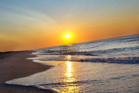 Photo pour Lever de soleil sur la mer avec ciel - image libre de droit