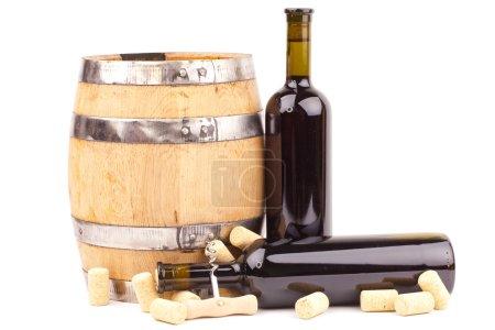 Photo pour Bouteilles de vin et tonneau isolés sur fond blanc - image libre de droit