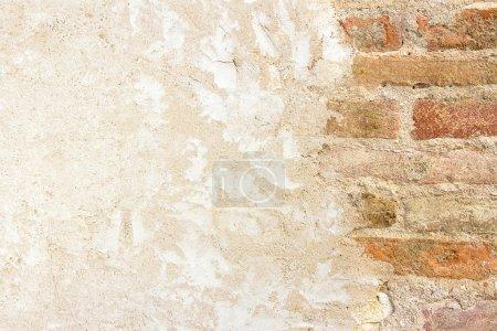 Photo pour Vieux mur de briques et mur plâtré avec espace de copie - image libre de droit