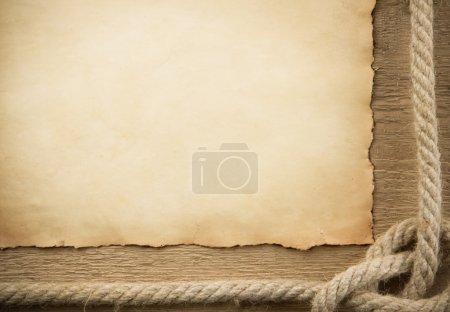 Photo pour Expédier des cordes et des vieux papiers sur fond de bois - image libre de droit