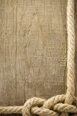 Photo pour Navire cordes noeud sur la texture de fond bois - image libre de droit