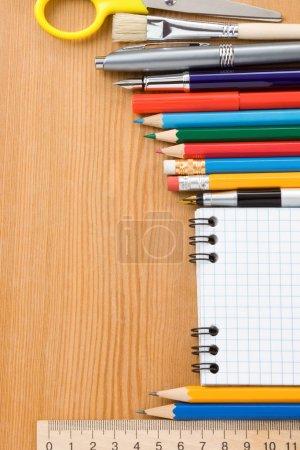 Photo pour Fournitures scolaires et vérifié isolé sur fond blanc - image libre de droit