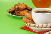 Káva, med a soubory cookie na zelené
