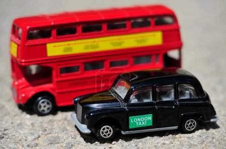 Un bus londonien traditionnel rouge vif et un taxi noir isolés sur un joint d'étanchéité .