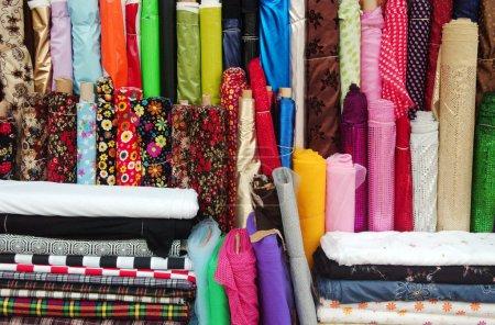 Photo pour Mixte textile dans un magasin de tissus. - image libre de droit