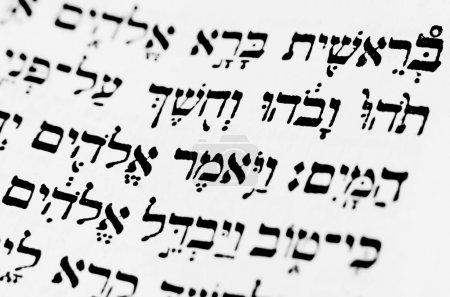 Photo pour La première page de la Genèse dans la Bible hébraïque - image libre de droit
